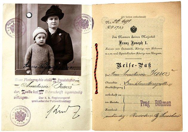 Rakousko–uherský cestovní pas z roku 1917, s fotografií majitelky spolu i s jejím potomkem