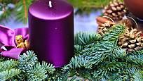 fialová svíčka na adventním věnci