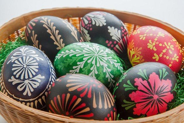 Vajíčka zdobená metodou voskové batiky.
