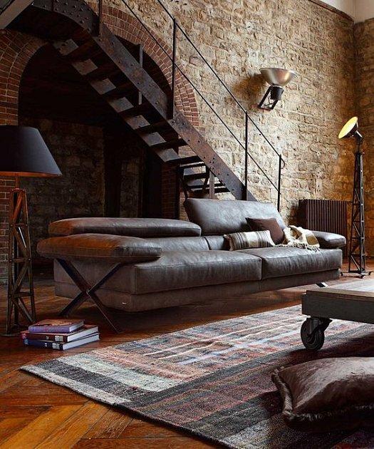 Pohodlný nábytek v loftovém obývacím pokoji.