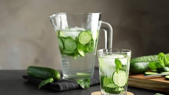 Už vás nebaví pít obyčejnou kohoutkovou vodu? Zkuste si ji ochutit salátovou okurkou