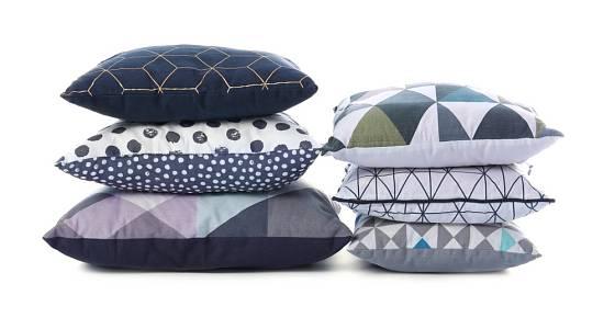 Geometricky řešené polštáře jsou právě v módě.