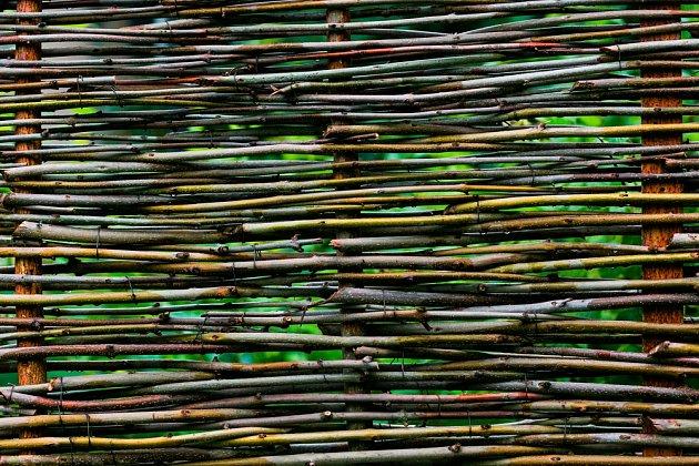 Hustá textura stavby z vrbového proutí