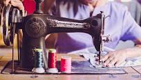 Šít se dá i na historických šicích strojích.