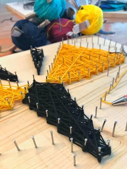 Přírodní motivy jsou častým námětem string artu.