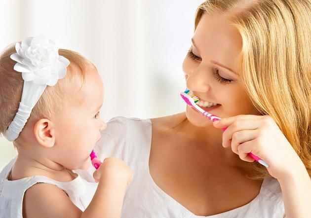 O mléčné zoubky se musí pečovat hned, jak se prořežou.