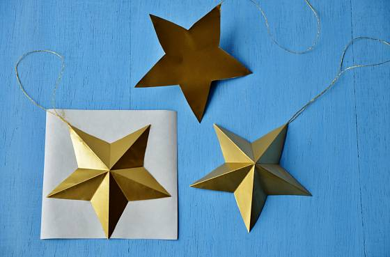 Pokud hvězdičce podlepíme druhou stranu, bude vypadat lépe a tvar bude držet
