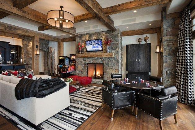 Obývací pokoj v kasinovém stylu s pokerovým stolem, pingpongem a automatem.