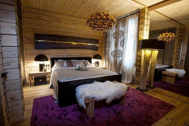 Pro ložnice v rustikálním stylu jsou charakteristické dřevěné prvky.