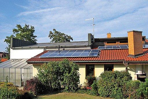 fotovoltaické i solární panely se umisťují nejčastěji na střechu