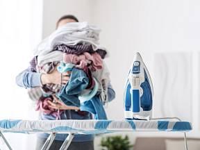 Kupa prádla k žehlení dá pořádně zabrat