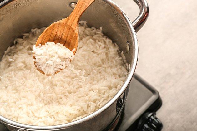 Rýže vařená v nerezovém hrnci