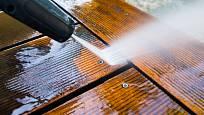 Nejjednodušší údržbu budete mít s kompozitním materiálem WPC. Dřevo jako takové chce více péče.