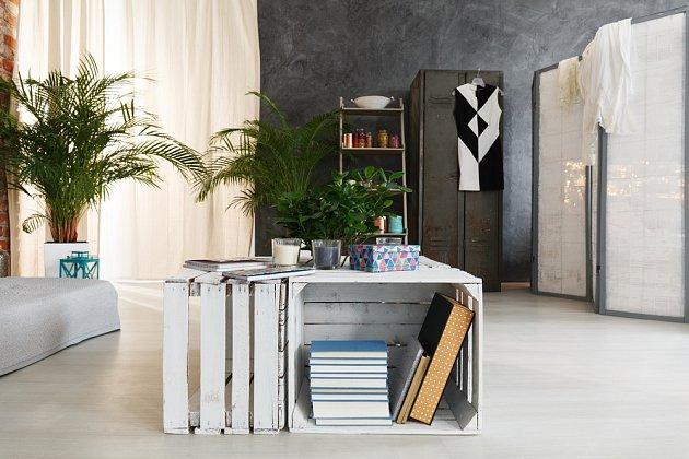 Konferenční stolky, noční stolky, ale i stolky do pracovny jsou příležitostí pro bedýnky v interiéru.
