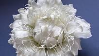 Bílá glamélie z okvětních plátků lilií.