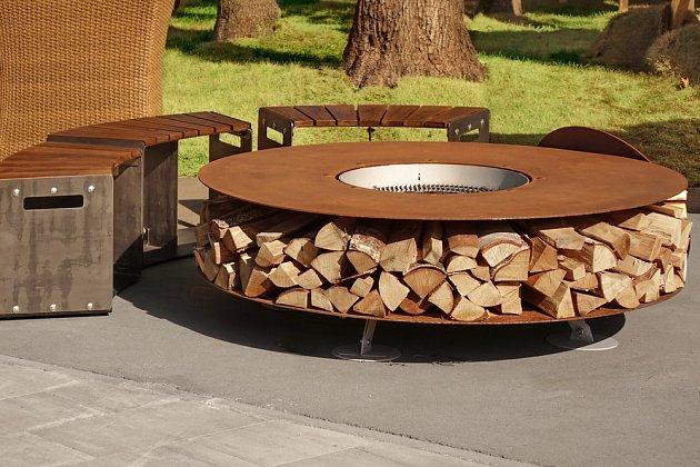 Rezavá elegance - ohniště vyrobené z oceli odolné proti povětrnostním vlivům.