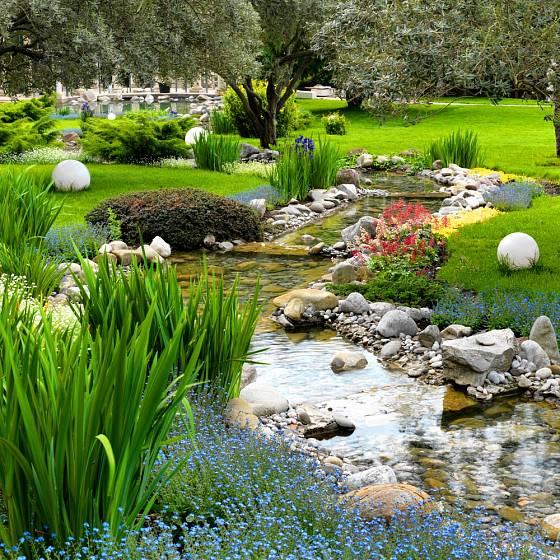 Potok, i když uměle vytvořený, dodá zahradě třetí rozměr
