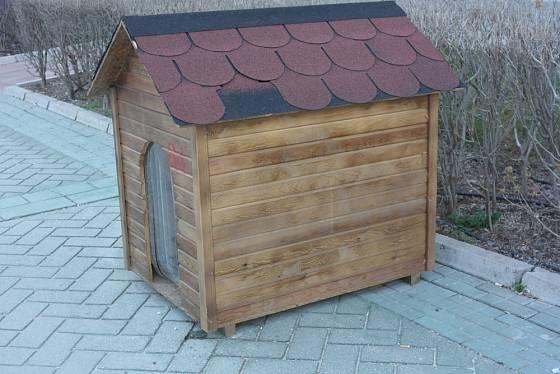 Na střechu psí boudy se dají využít klasické střešní šindele.