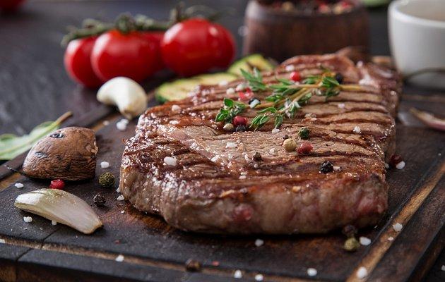 Hovězí steak na černém kamenném stole
