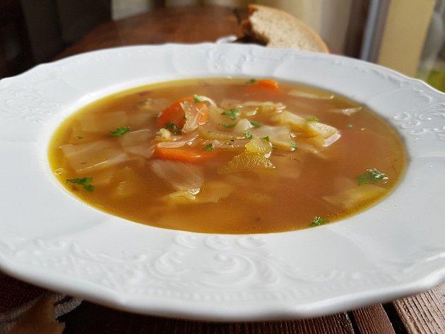 Hotovou polévku posypeme petrželkou.