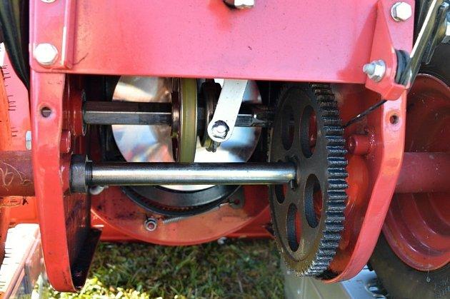 Detail pohonu frézy přes třecí disk