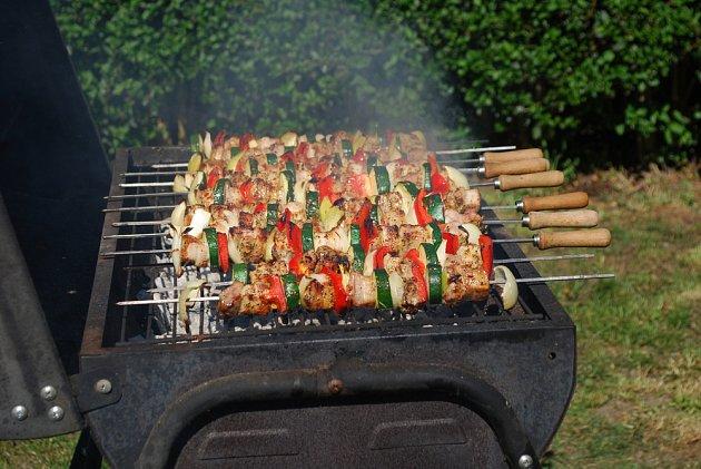 Co na něm bude je jen na vás. Tradičně jde o maso a zeleninu v různých kombinacích.