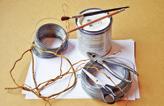 Na výrobu originálního košíčku potřebujete papír, drát, lepidlo a bílou barvu