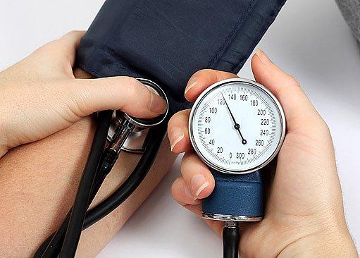 Měli bychom znát hodnoty svého krevního tlaku a hladinu cholesterolu.