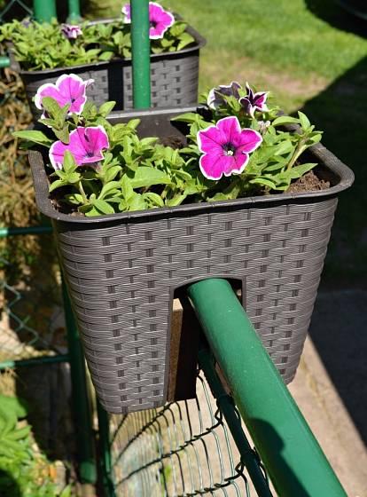 Květináč moderního stylu, určený pro zavěšení na bránu.