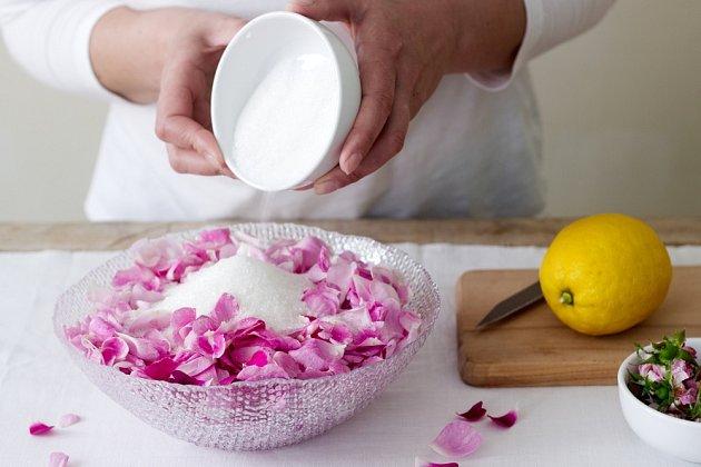 Příprava džemu z okvětních plátků růží.
