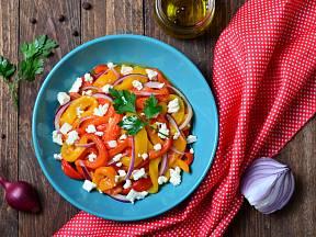 Salát z paprik s fetou si můžete dát jen s bagetou, nebo jako přílohu.