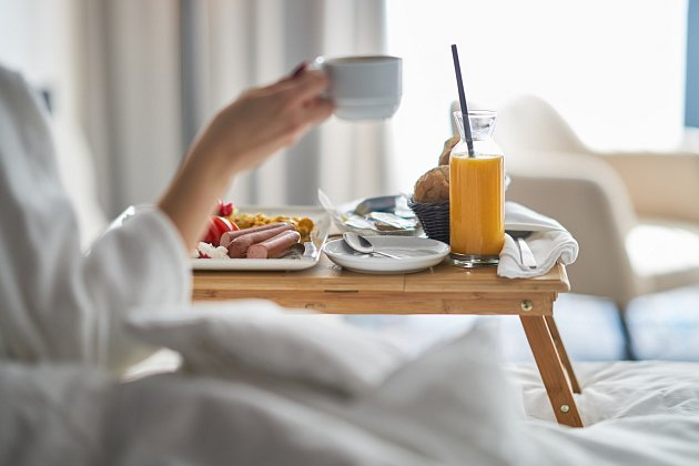 Je snídaně v posteli romantická nebo nechutná?