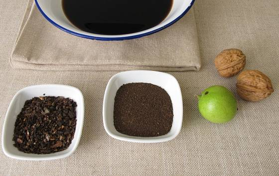 Z umletého ořechového oplodí připravíme přírodní barvu na vlasy