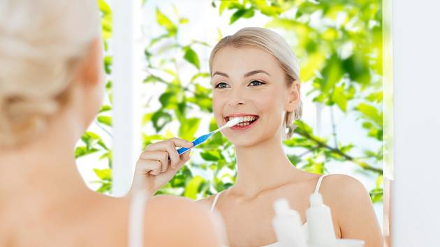 Čistíte si zuby přesně dvě minuty? Často to nestačí - zuby je třeba čistit tak dlouho, dokud nejsou čisté. Schválně si přejeďte jazykem po zubech.