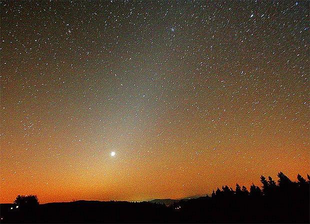 Zvířetníkové světlo na Grúni. Jasný bod je Venuše.