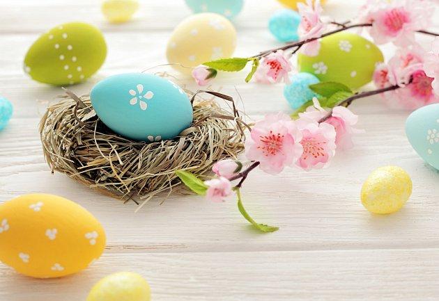 Velikonoční dekorace s hnízdečkem a kraslicemi
