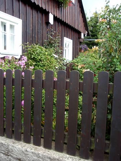 Klasický dřevěný plot chalupě sluší