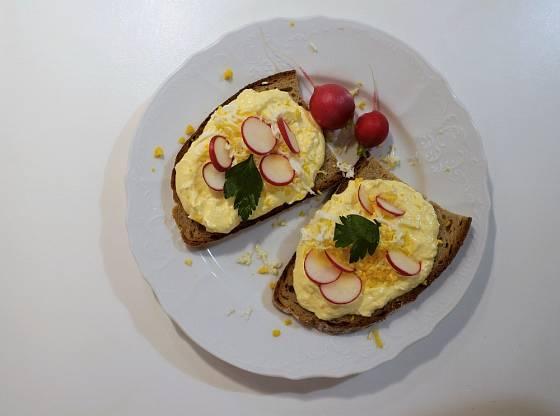 Vajičkovou pomazánku mažeme na chleba.