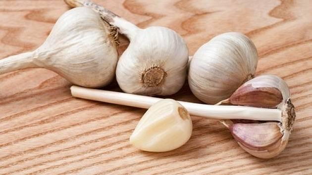 Česnek je bohatý na fytoncidy, jako je allicin, který je uvolňován při drcení nebo mletí stroužků.