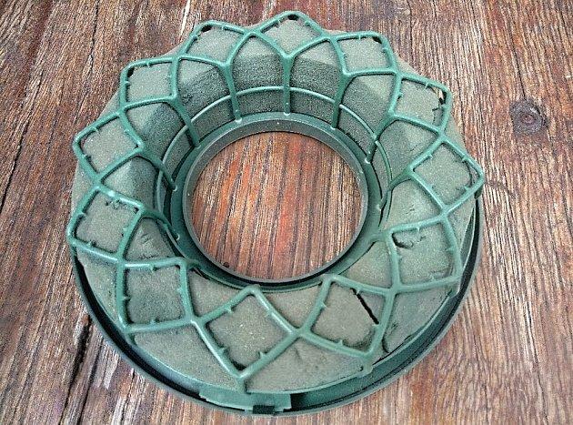 Jako základ se nejlépe hodí věneček ze zelené aranžovací hmoty na plastovém podkladě.