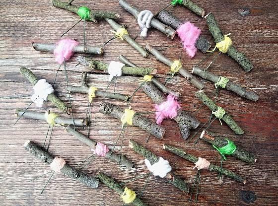 Okolo drátků na jabloňových větvičkách obvazujeme zbytky barevných přízí, které ladí s jarem.