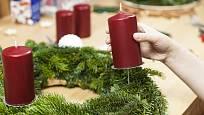 Svíčky snadno na věnec upevníme za pomoci kovových držáků.