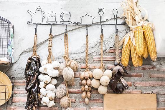 Česnek, cibule, papriky, kukuřice - praktické skladování i dekorace v jednom.