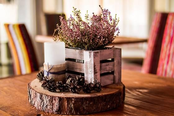 Zajímavá interiérová dekorace z plátu dřeva a malé bedýnky na květinu.