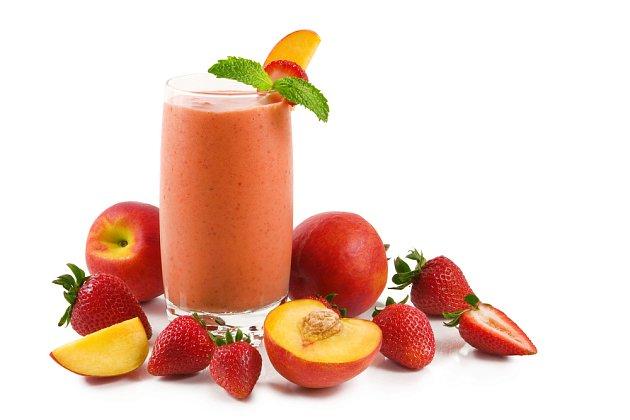 Ovocná smoothie bomba vás nadopuje vitamíny.