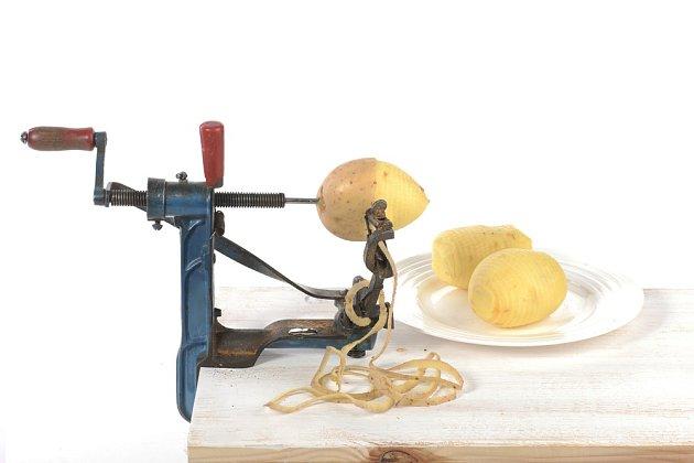 Mechanický loupač jablek využitý na loupání syrových brambor.