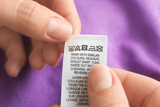 Pokyny k praní prádla - perte s prádlem podobných barev.