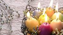 Nalitím vosku do vaječné skořápky můžeme vytvořit svíčku ve tvaru vejce.