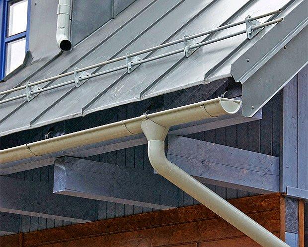 Sněhové trubkové (někdy zvané tyčové) zábrany se instalují v jedné či více řadách nad sebou