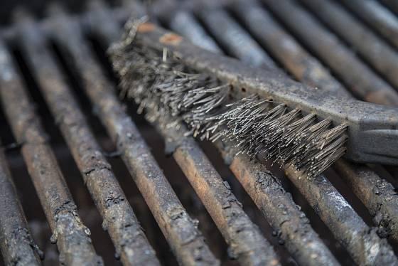 Nápeky z grilu nejlépe odstraníme kartáčem.